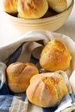 Пук всех, свежих испеченных плюшек пшеницы в корзине выпечки и на k Стоковое фото RF