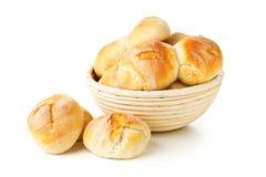 Пук всех, свежих испеченных плюшек пшеницы в корзине выпечки Стоковые Фотографии RF