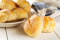Пук всех, свежих испеченных плюшек пшеницы на плите с куделью кухни Стоковые Фото