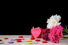 Пук гвоздики дня ` s матери в мае букета цветков с сердцем и подарком, пустой для текста, черными Стоковые Изображения RF