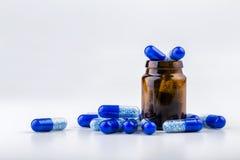 Пук голубых пилюлек с стеклянными ампулами Стоковая Фотография