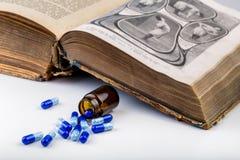 Пук голубых пилюлек с стеклянными ампулами Стоковые Изображения