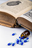 Пук голубых пилюлек с стеклянными ампулами Стоковые Фото