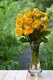 Пук желтых роз в вазе В саде Стоковая Фотография RF