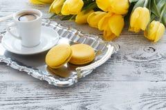 Пук желтых тюльпанов на таблице с кофе Стоковые Изображения RF