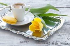 Пук желтых тюльпанов на таблице с кофе Стоковое Фото