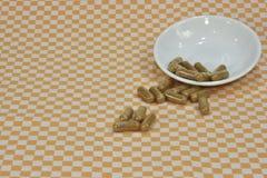 Пук зеленого чая, на капсулах лист или таблетках на блюдах стоковые изображения rf