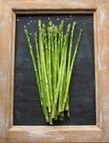 Пук зеленой спаржи на классн классном Стоковые Изображения RF