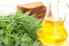 Пук зрелого укропа, бутылки масла и хлеба рож Стоковые Изображения RF