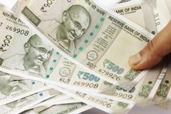 Пук индийских рупий в руке Стоковые Фото