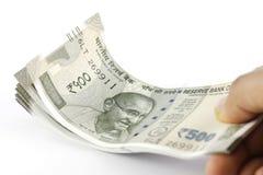 Пук индийских рупий в руке Стоковые Изображения RF