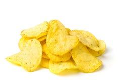 Пук картофельных стружек на белизне Стоковые Фото