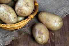 Пук картошек в корзине Стоковые Изображения RF