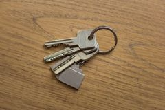 Пук ключей которые лежат на таблице стоковое фото rf