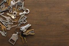 Пук ключей с trinklet дома на деревянном столе Стоковое фото RF