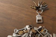 Пук ключей с trinklet дома на деревянном столе Стоковая Фотография RF