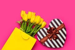 Пук красивых желтых тюльпанов в холодной желтой хозяйственной сумке и Стоковое Изображение