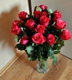 Пук красных роз в вазе Стоковая Фотография