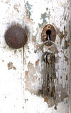 Пук ключей вися от двери сарая шелушения стоковое изображение rf