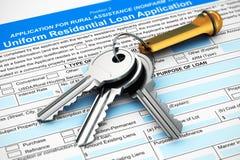 Пук ключей дома на форме ипотеки или заявки на кредит иллюстрация штока