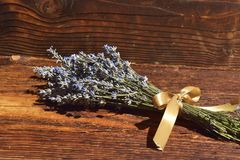 Пук лаванды цветет на деревянной предпосылке Стоковые Фотографии RF