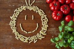 Пук макаронных изделий формируя счастливую сторону Стоковая Фотография RF
