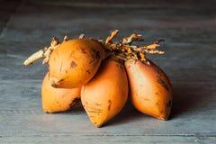 Пук манго на деревянном поле Стоковые Изображения