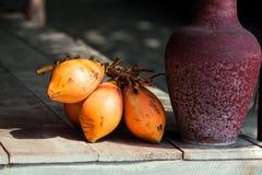 Пук манго с глиной tyrian пурпура на деревянном поле Стоковая Фотография RF