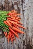 Пук морковей на предпосылке деревянных планок Стоковые Изображения RF