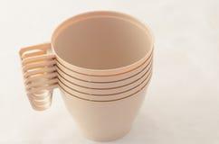Пук на чашках пластмассы кофе Стоковые Изображения RF