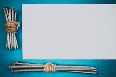 Пук ногтей на голубой таблице Стоковые Изображения RF