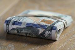 Пук долларов на таблице древесины дуба Стоковое фото RF