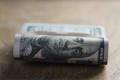 Пук долларов на таблице древесины дуба Стоковые Изображения RF