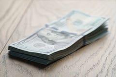 Пук долларов на таблице древесины дуба Стоковое Изображение RF