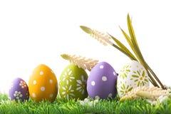 Пук пасхальных яя в пастельных цветах на траве Стоковые Изображения RF