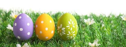 Пук пасхальных яя в пастельных цветах на траве Стоковая Фотография