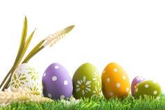 Пук пасхальных яя в пастельных цветах на траве Стоковые Изображения