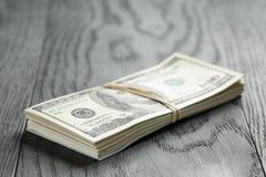 Пук 100 примечаний доллара связанных с rubberband Стоковая Фотография RF