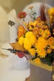 Пук расположения падения осени цветков апельсина на таблице партии тонизированное изображение Стоковое Изображение RF