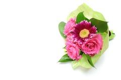 Пук розы и gerbera пинка в белизне стоковые изображения rf