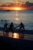 Пук друзей играя сверчка на пляже Стоковые Фотографии RF