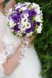 Пук свадьбы цветков в руках невесты Стоковое фото RF