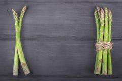 Пук свежей спаржи на деревянной деревенской предпосылке скопируйте космос Стоковое Изображение RF