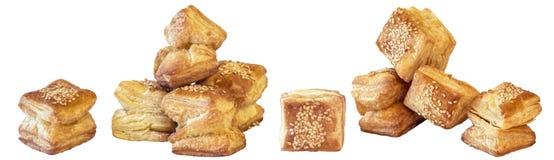 Пук свеже испеченного печенья слойки круассана сезама квадрата Zu-Zu изолированного на белой предпосылке Стоковые Фото