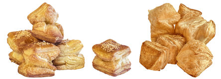 Пук свеже испеченного печенья слойки сезама квадрата Zu-Zu изолированного на белой предпосылке Стоковые Фото
