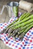 Пук свежих зеленых копиь спаржи на таблице Стоковая Фотография RF