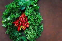 Пук свежих сырцовых листовой капусты и перцев Стоковые Изображения RF