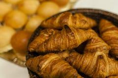 Пук свежих croissans хлебопекарни стоковое фото rf