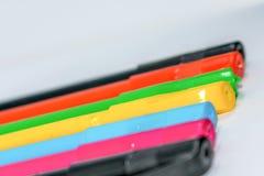 Стоять вне от концепции толпы Пук сортированных multi покрашенных ручек пункта boll в расположении радуги на белой предпосылке, стоковое изображение