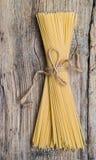 Пук спагетти на деревянном столе Стоковые Фото